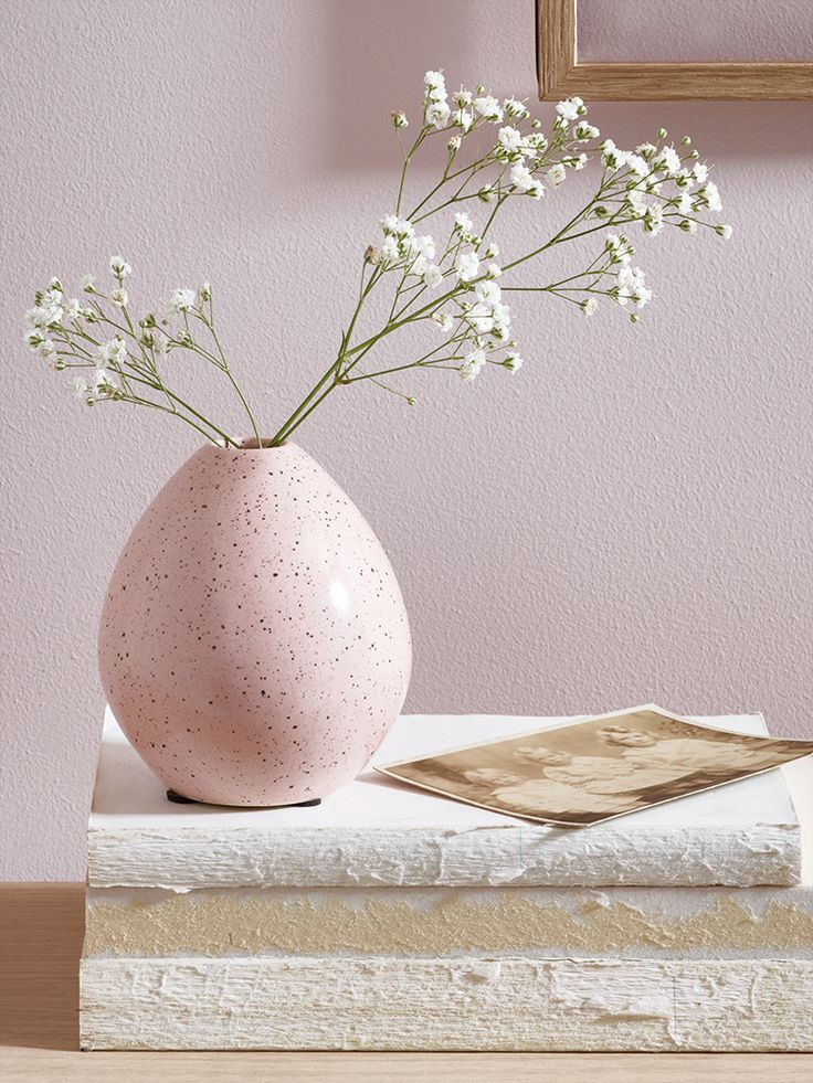 Made from high quality earthenware with a stunning hand glazed finish, our petite blush pink egg vase adds a subtle hint of colour to your mantelpiece, shelves or windowsill. Each vase has a stunning speckled finish and looks beautiful filled with a singular bud or sat alongside our Blush Dipped Vase.