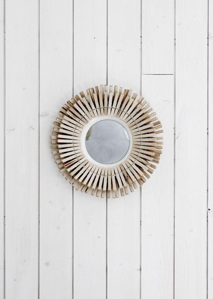 Gör en egen solspegel i skandinavisk design av saker du redan har hemma. Som tallrikar och klädnypor. Jättekul projekt.                 ----------------------------------- Make your own sunmirror in Scandinavian style with things you have at home. As vintage plates and clothespins.