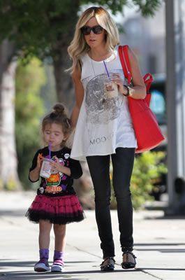 セレブカジュアルドットコム アシュレイ・ティスデイル(Ashley Tisdale)・ジバンシー(GIVENCHY)赤トートバッグ(Nightingale)持ってFred Segal(フレッドシーガル)へ!J Brand(ジェイ・ブランド)スキニーカーゴパンツ!・最新私服ファッション画像・Ashley Tisdale(アシュレイ・ティスデイ ル)
