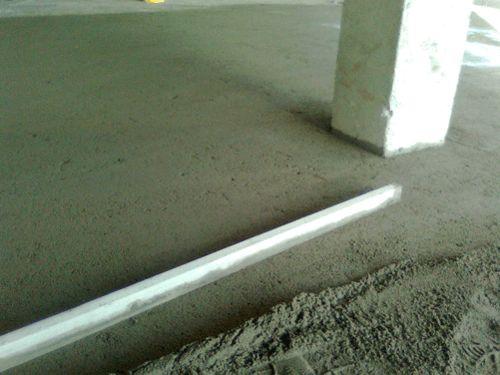 Amigos, ocontra-piso é a execução de um piso regularizador de superfície de espessura entre 3cm e 5cm, para, em seguida, iniciar o assentamento da cerâmica.Executar um piso ou laje com nível zero-zero pronta para assentar as cerâmicas é muito difícil devido a falta de empresas qualificadas e o custo. Por isso, é ainda muito comum, …