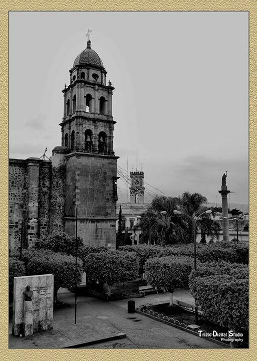 Parroquia de Santo Santiago Apostol y al fondo Presidencia Municipal