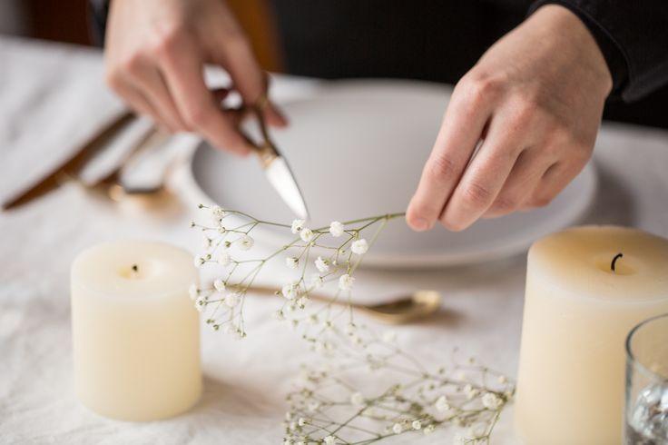 Tisch Design, Schere ✂️Schleierkraut, Kerzen, Goldbesteck