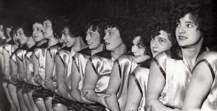 Dansen/dansgirls/revuegirls. Danseressen van de Alfred Jackson-girls dansgroep tijdens hun optreden in Circus Sarasani in Hannover/Duitsland. Foto 1930.