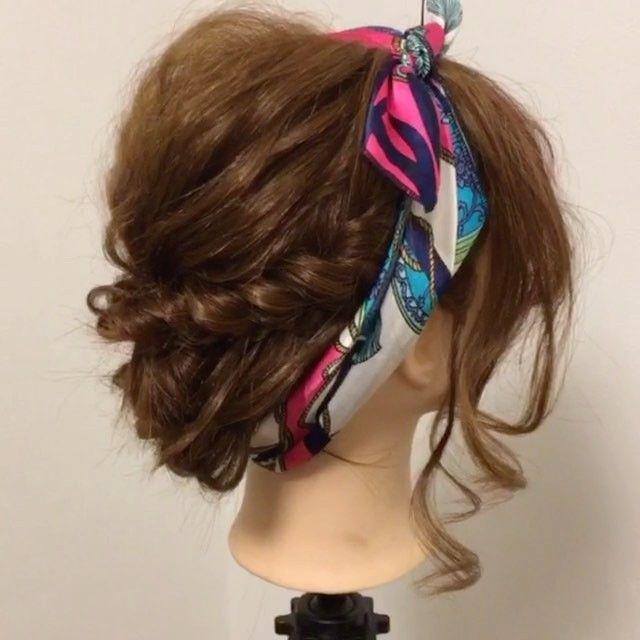 【スカーフアレンジ2パターン♪動画&解説(ミディアム〜セミロング編)】 (ゴム4つ、ピン2つ)  1、表面の髪をゴムでまとめて、毛束を引き出して高さとラフ感を出します。 2、横の髪をタイトロープして1の下にゴムでまとめます。 3、余った毛先を三つ編みして、クロスしてピンで止めます。 【ターバン巻き】 スカーフを太め幅に折りたたんで後ろから前に回して、真ん中より少しずらして固結び。 【リボン結び】 2のタイトロープに太めに折りたたんだスカーフを通してリボン結び。形を整えます。  今旬のスカーフを使ったヘアアレンジ♪ スカーフは大きさ、長さ、形など色々あるので、好きなアレンジに使い易いのを選びましょう^ - ^  #冬 #お洒落  #お洒落さんと繋がりたい  #スカーフ #バンダナ #スカーフアレンジ #hair #hairarrange #ヘアアレンジ #アレンジ #セルフアレンジ #編み込み #アレンジ解説 #ヘアアレンジ解説 #アレンジ動画 #ヘアアレンジ動画 #簡単 #やり方 #松山市ヘアアレンジ #松山市ヘアセット  #四国 #愛媛 #愛媛県松山市 #ehime #松山…