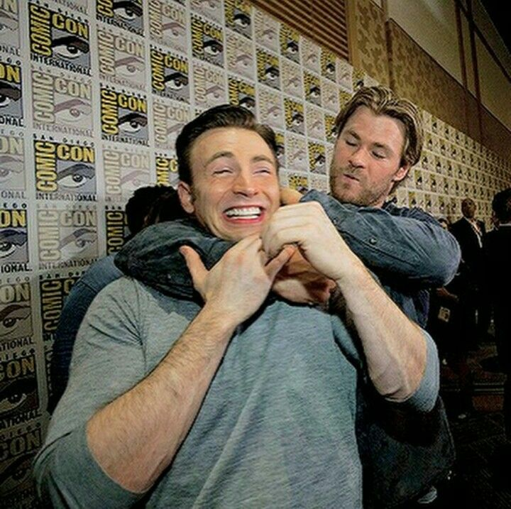 Chris Hemsworth and Chris Evans promoting avengers age of Ultron in SDCC