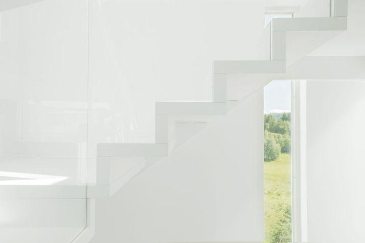 MELBY Vilje //  Hvit trapp uten frivange. Hardtre i trinn er best egnet for maling. Vi leverer i alle NCS farger!