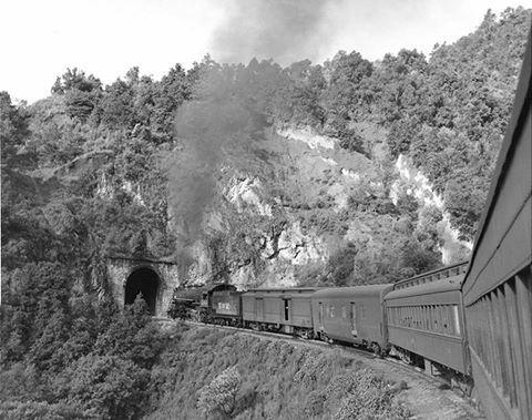 Tren pasajero México - Uruapan, a punto de entrar al túnel Nava que está entre la estación de Dos Ríos y Huixquilucan. Foto del año 1961. Al frente la locomotora 2143 2-8-2 tipo Mikado KR-2. NADIE LO PUEDA PARAR TREN DEL INFIERNO QUE DIE LO PUEDA PARAR TUNELS ASER LO DE ESTATERRESTRE USB Y AL ROJO VIVO DIRECTO CON GAS Y DE CAMBIO Y INIVBRE AABRIR LLAVE DE RUBI CON ENERGIA POTENTE FUERZAS PODER CORAJE Y ACERO COMIENDO Y ADUEÑANDOSE GUERRA DE PAQUINAS RIVALES Y EN CAMINO CADAVES MAS PESDO CON…