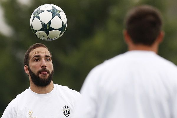Juventus' forward Gonzalo Higuain from Argentina takes part in a training session on the eve of a UEFA Champions League football match against Olympique Lyonnais on October 17, 2016 at the Juventus Training Center  in Vinovo, near Turin. / AFP / MARCO BERTORELLO