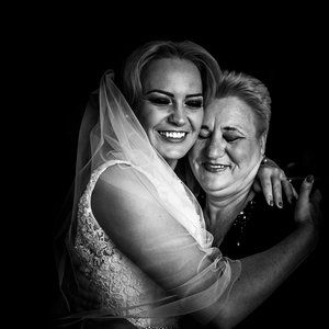 Mother and daughter #weddingday #dastudio #dastudioweddings #light #moment #emotion #photographer