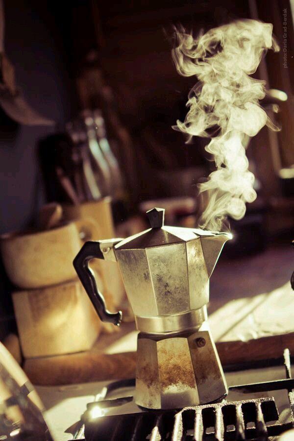 A riempire una stanza basta una caffettiera sul fuoco. Erri de Luca Il caffè è il balsamo del cuore e dello spirito. Giuseppe Verdi Il caffè deve essere caldo come l'inferno, nero…