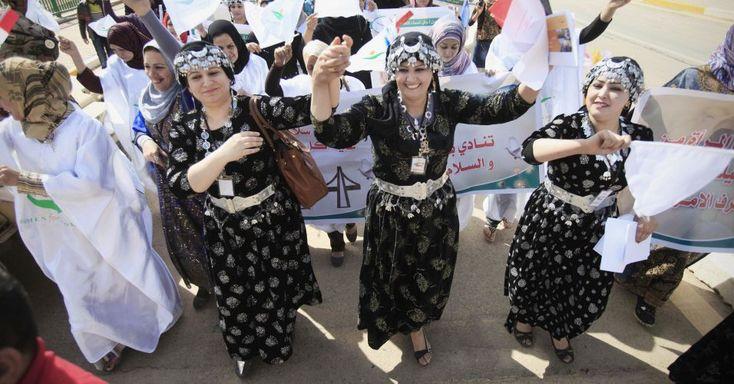 Mulheres da ONG Women for Women International celebram o Dia Internacional da Mulher, em Badgá, capital do Iraque