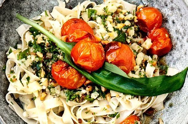 Pasta med ramsløgpesto og bagte tomater