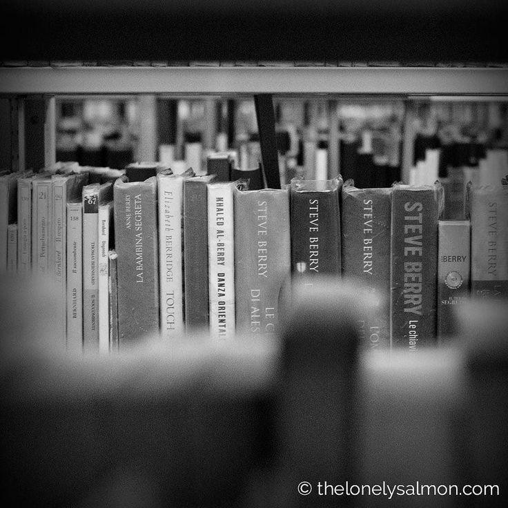 Perdersi tra gli scaffali di una biblioteca avvolti dal profumo della carta da vecchie copertine sbiadite.... Anche questo può arricchire il tuo cuore.
