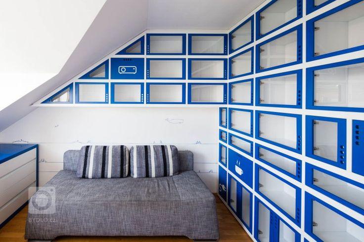 Zadáním byla pracovna v námořnickém stylu. Typickou modro-bílou kombinaci barev doplňuje neutrální šedá barva sedacího nábytku a přírodní barva dřeva podlahy a…