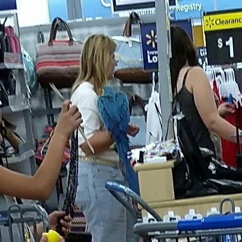Lady with a bird casually shopping at Walmart http://ift.tt/2gyuKtM