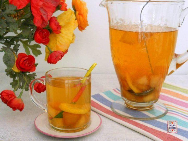 Tè freddo alla pesca, molto gradevole da bere quando fa caldo. Prepararlo in casa è davvero molto semplice. Di Kissthecook.