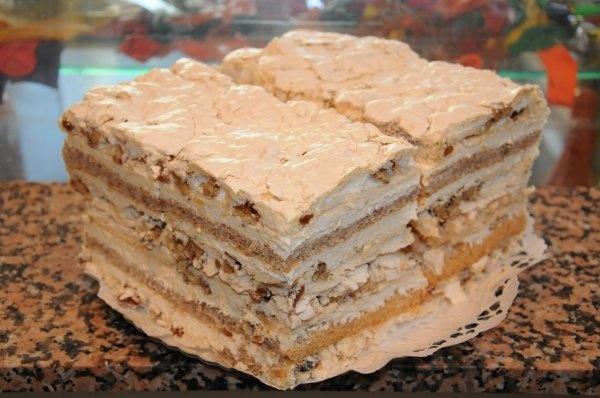 Prajitura Cornovac-Sumeghy - strat crocant de bezea, stafide, nuci, blat subtire si o crema dulce dulce! Bioportal.ro