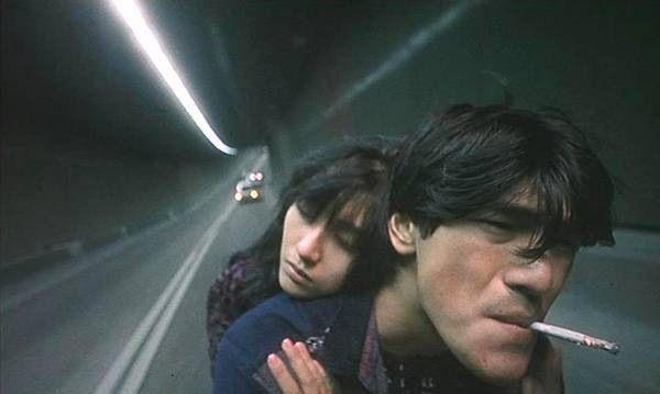 Wong Kar-wai, Fallen Angels  tanıdık öteki hayatlar... sigarasıyla hayatı çeken adam, kollarıyla hayata sarılan kadın...