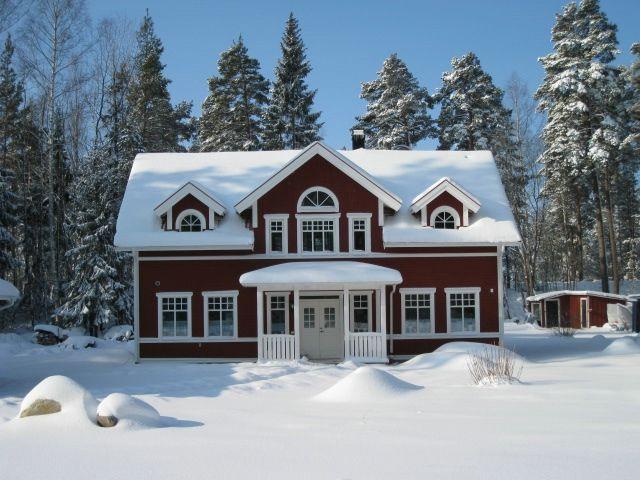 Spoven är ett klassiskt hus i modern tappning. Stora rum och högt i tak skapar volym och luftighet. Den symmetriska fasaden med spröjsade fönster för tankarna till förra sekelskiftet.