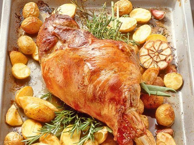 Udziec jagnięcy z pieczonymi ziemniakami