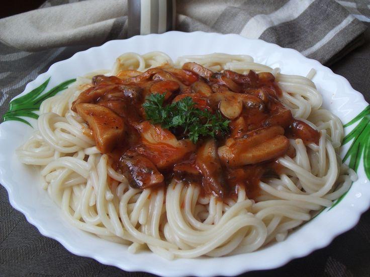 Ingrediente:    300 gr spaghete fara ou  400 gr ciuperci  200 ml sos de rosii  1 fir ceapa verde  1 fir usturoi verde  busuioc  oregano ...