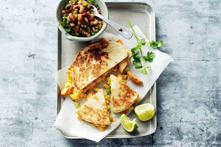 Een avondje op de Mexicaanse toer? Dat kan prima vegetarisch. De krokante reepjes vegaschnitzel geven het gerecht een lekkere bite - Recept - Allerhande