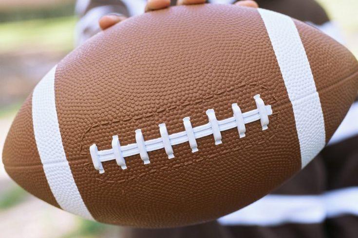 Cómo lidiar con el miedo de ser tacleado en fútbol americano. El fútbol americano juvenil se está convirtiendo en un deporte muy popular. En 2010, más de 250.000 niños participaron en los programas de fútbol americano para jóvenes de Pop Warner, y ese número sigue creciendo. Mientras que muchos ...