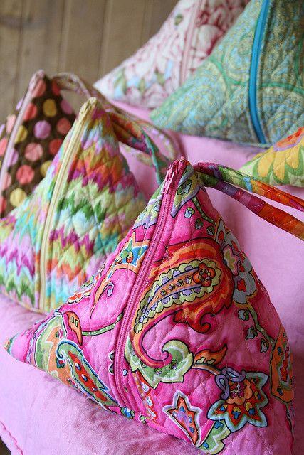 Cute little triangular bags. Must befriend my sewing machine.