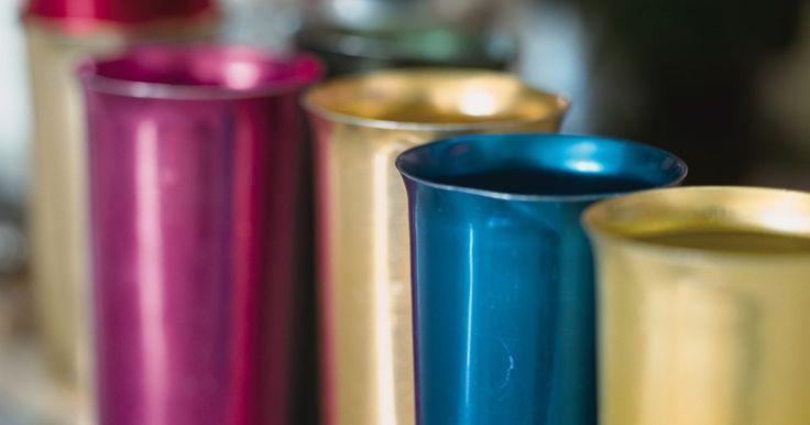 ¿Son seguros los vasos de aluminio?. Si creciste en los años cincuenta y sesenta, lo más probable es que bebieras agua o alguna otra bebida en un vaso de aluminio. Los vasos de colores mantienen las bebidas frías y también eran fríos al tacto en un día muy caluroso. Los vasos de aluminio están haciendo una reaparición para los muchos que aman el estilo fresco y clásico de los vasos.