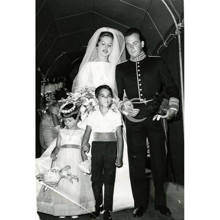 Peapack, New Jersey, 8 de julio de 1961. Boda de Beatrice Lodge con el diplomático español don Antonio de Oyarzábal. En la imagen, ambos con los niños Beatriz y Guido Braggiotti, pajes durante la ceremonia, después de la boda en la iglesia católica de Santa Brígida.: Fotografías de ABCFoto en la categoría Temas