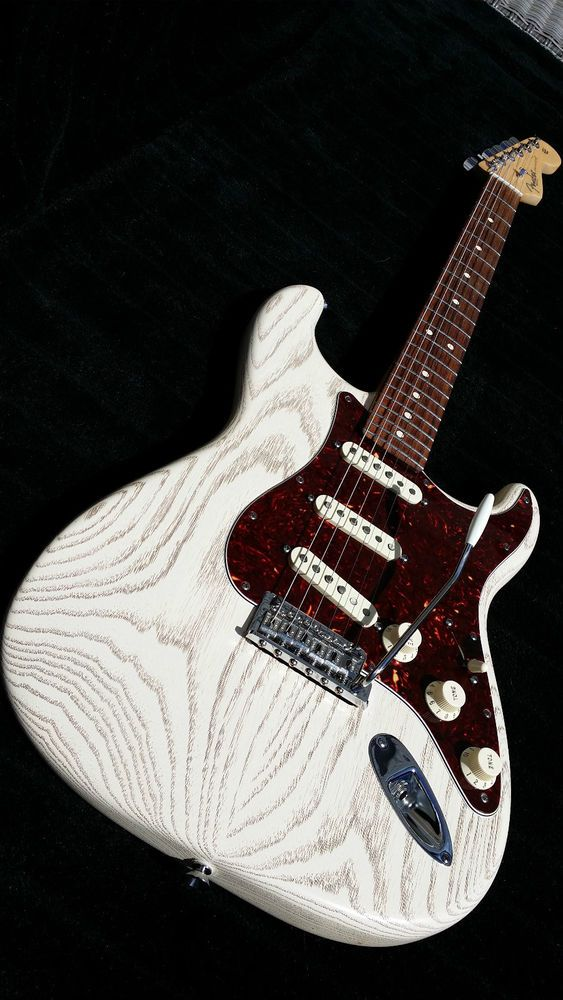 SOLD....Fender american. Usa. stratocaster.rustic ash.limited edition ......SOLD......