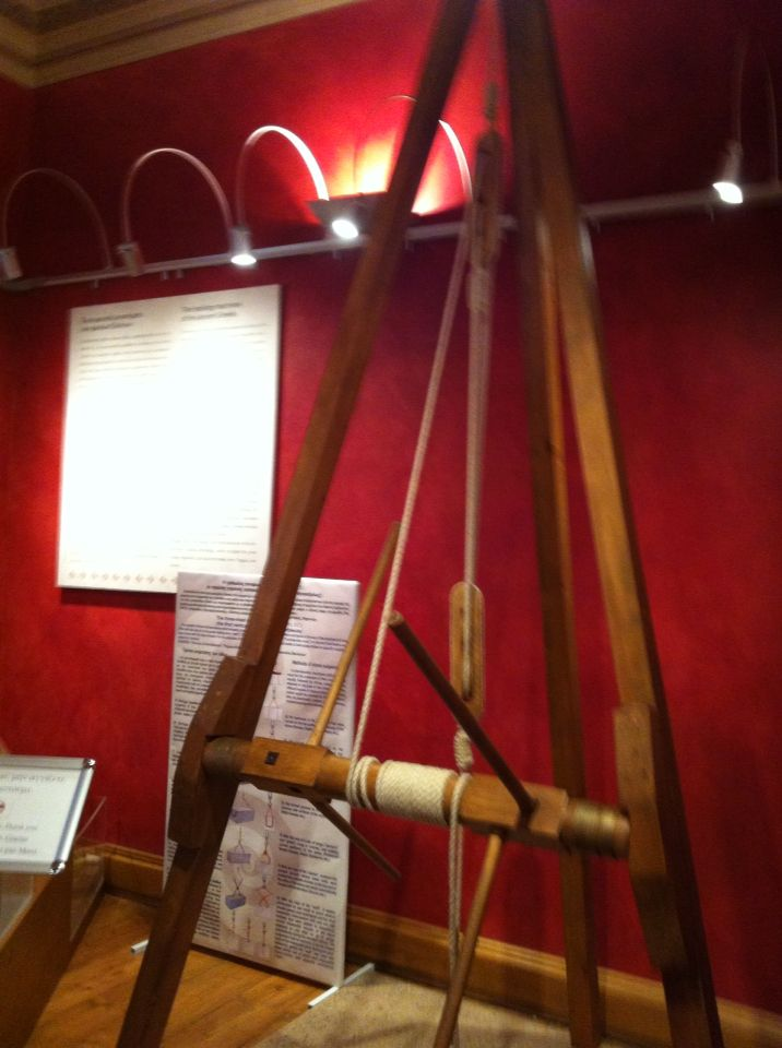 Η τρίκωλος ανυψωτική μηχανή. The three-mast crane