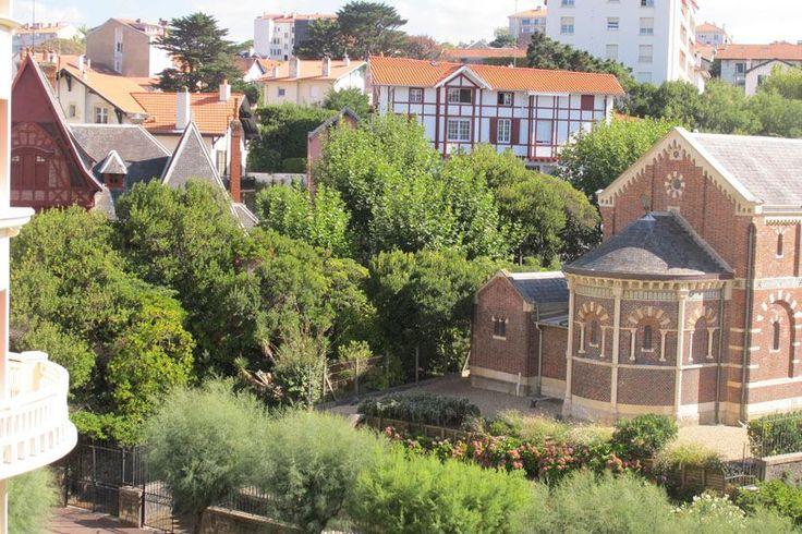 Biarritz, Hôtel du Palais, à vendre bel appartement de 95 m² dans immeuble prestigieux. Orienté sud-est il offre une très belle vue dégagée sur le parc de la chapelle impériale. Ascenseur, cave, Gardien. Parking Poss.