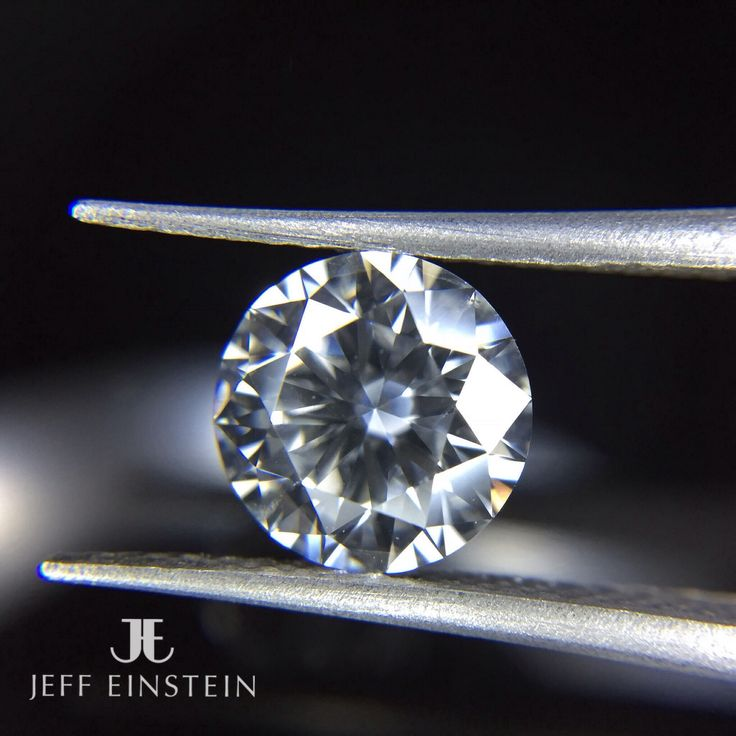A stunning round brilliant cut diamond, waiting to be the centre piece of a lucky ladies engagement ring ❤️ #jeffeinsteinjewellery #doublebay #sydney #diamond #engaged #engagement #engagementring #weddinginspiration #wedding #love #jewelry #jewellery #fashionblogger #fashion #sparkle #finejewellery