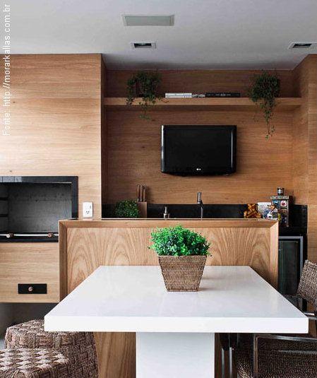 """Pequena porém bonita, a varanda segue o clima """"gourmet"""" com direito a cooktop com coifa, pequena pia e mesa acompanhada por banquinhos para degustar gostosuras. Um dos ambientes que vem sendo desejado por muitos são as """"novas"""" varandas gourmet. Nem t..."""