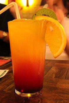 Sex on the beach: suco de laranja + suco de pêssego + açúcar + groselha