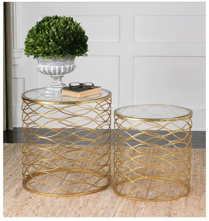 Mesas de jaula de hierro en acabado dorado brillante, con tapas de cristal templado claro.