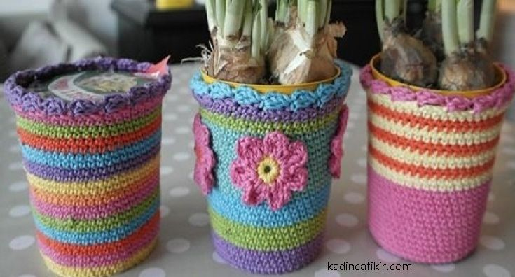 diy kendin yap saksı kılıfı örme modelleri görselindeki gibi örgü çiçek motifi ile de saksılarınızı süsleyebilirsiniz.