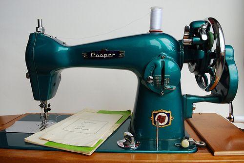 Pretty vintage sewing machine !