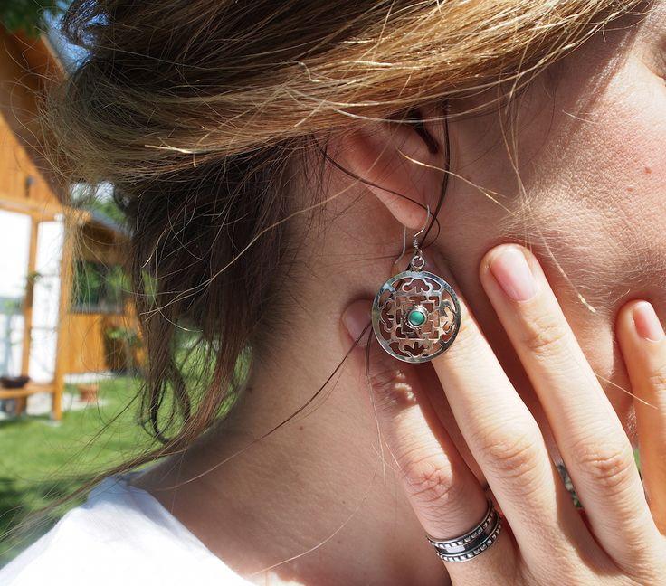 Cercei amuletă mandala, lucrați manual în argint și turcoaz de artizani bijutieri din Kathmandu.  Mai aveți trei zile cu transport gratuit la toate comenzile de pe www.metaphorabijoux.ro și 10% reducere la cele peste 250 lei. #metaphora #silverjewellery #silverjewelry #earrings #mandala #amulet #nepal