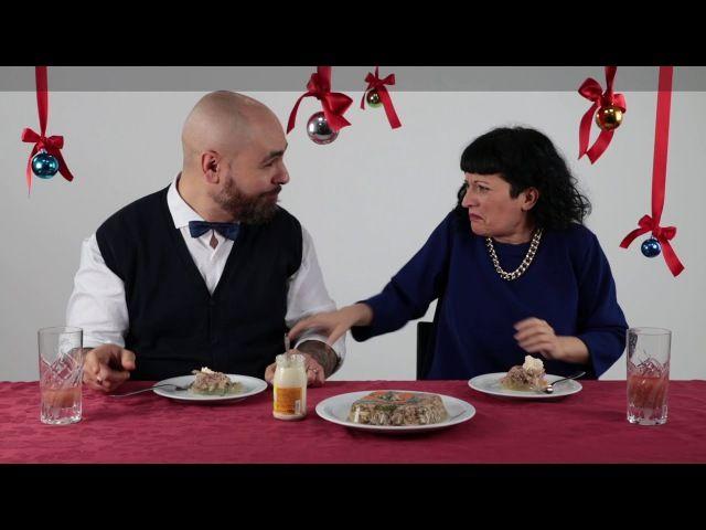 Итальянцы пробуют русскую еду, которую традиционно подают к новогоднему столу! Для нас эти блюда - самые вкусные. Однако иностранцам иногда кажутся весьма странными. P.S. Оливьешка - рулит! )))