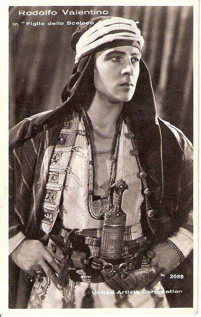 """Рудольф Валентино (англ. Rudolph Valentino; 1895 — 1926) — американский киноактёр итальянского происхождения, идол эпохи немого кино.  """"Сын шейха"""" 1926 г."""