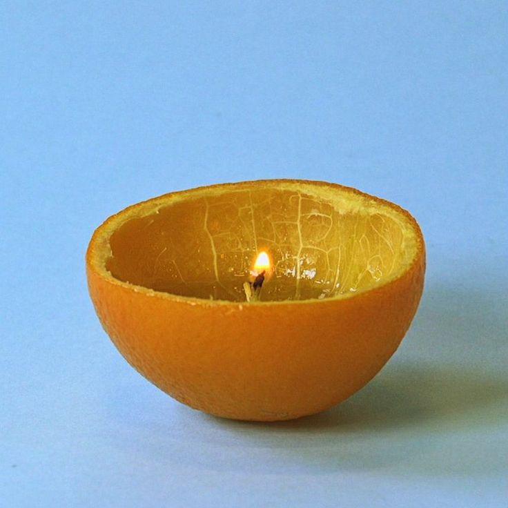 Do wykonania takiej uroczej świeczki wystarczy jedna pomarańcza i trochę oliwy. Pomarańczę przekrój w poprzek, wyciśnij sok do miseczki i umiejętnie wyjmij wiąż, tak aby rdzeń pozostał nienaruszony. Dokładnie wytrzyj wnętrze pomarańczy papierowym ręcznikiem, albo możesz odstawić pomarańczę do wyschnięcia. Wlej oliwę do połowy głębokości pomarańczy. Podpal pomarańczę i gotowe. (Podpalenie pomarańczy wymaga odrobinę cierpliwości.)