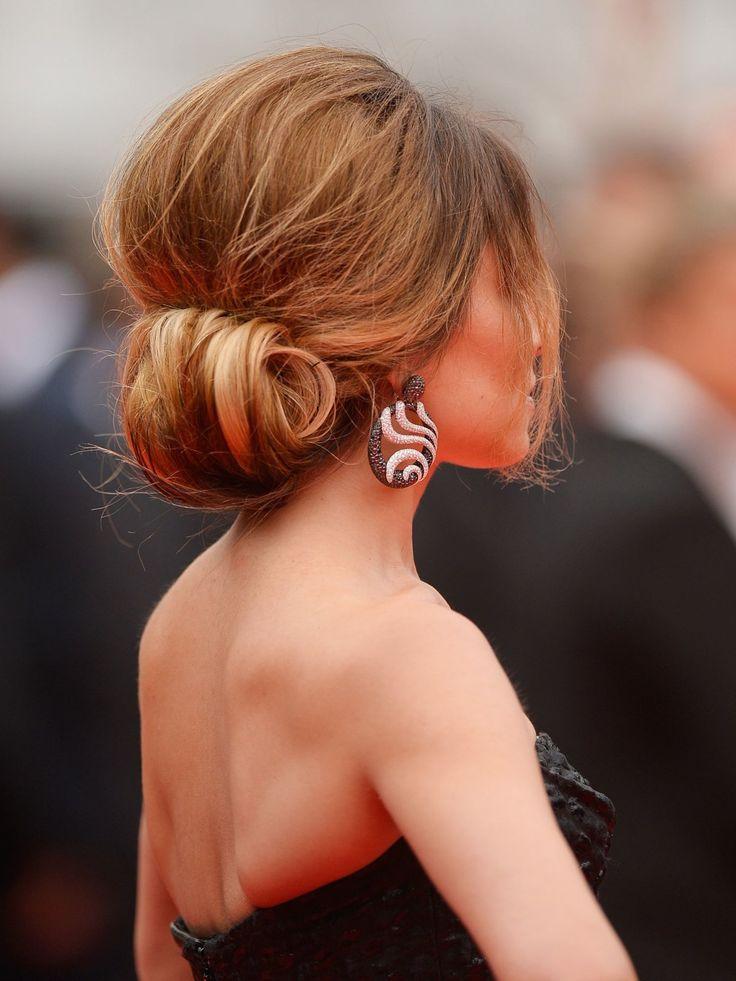 Und so sieht die antoupierte Hochsteckfrisur von Cheryl Cole von hinten aus. Die toupierten Haare werden locker zurückgenommen und im Nacken über die Hand geschlagen und mit Bobby Pins festgesteckt. Fliegende Haare werden im Anschluss einfach mit Haarspray fixiert. Zu dieser unaufgeregten Hochsteckfrisur passt eine matte Textur, verwendet deshalb also am besten kein Glanzhaarspray.