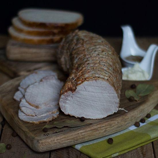Domowa wędlina- soczysty schab gotowany 10 minut 1,5 kg schabu2,5 litra wody 4 łyżki majonezu Winiary4 łyżki soli1/2 główki polskiego czosnku10 ziaren ziela angielskiego10 ziaren kolorowego pieprzu5-6 liści laurowych1 łyżka słodkiej papryki1 łyżeczka mielonego chili1 łyżeczka majerankuPrzygotowanie:Mięso oczyszcamy dokładnie z błon, płuczemy pod bieżącą wodą. Wkładamy do siatki wędliniarskiej.Pieprz ziarnisty rozgniatamy w moździerzu.Do wody dodajemy majonez, dokła