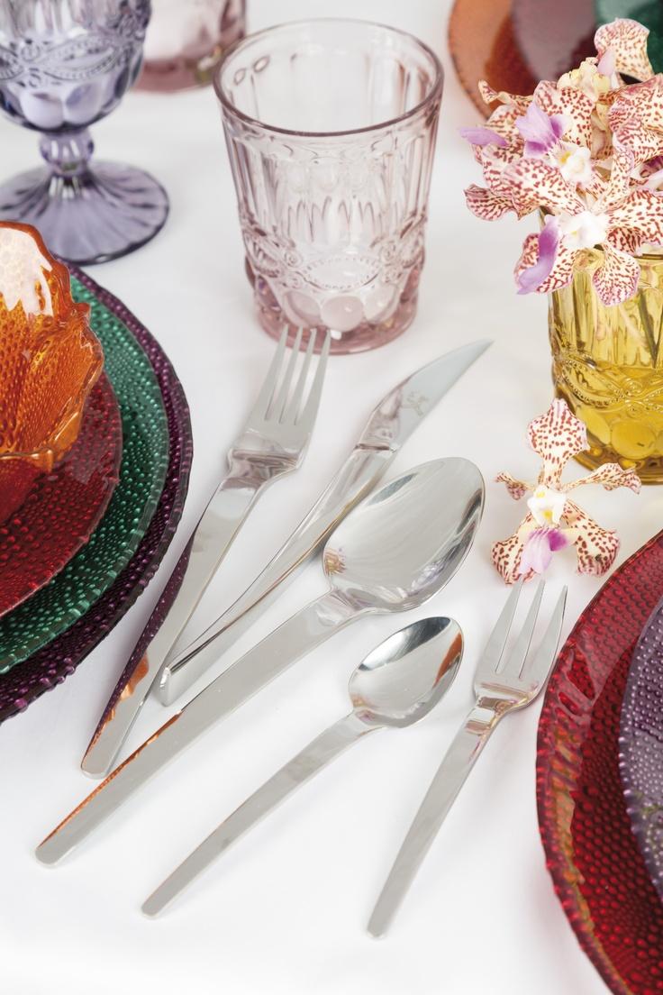Complementa la decoración de tu mesa con unos cubiertos modernos y sencillos.