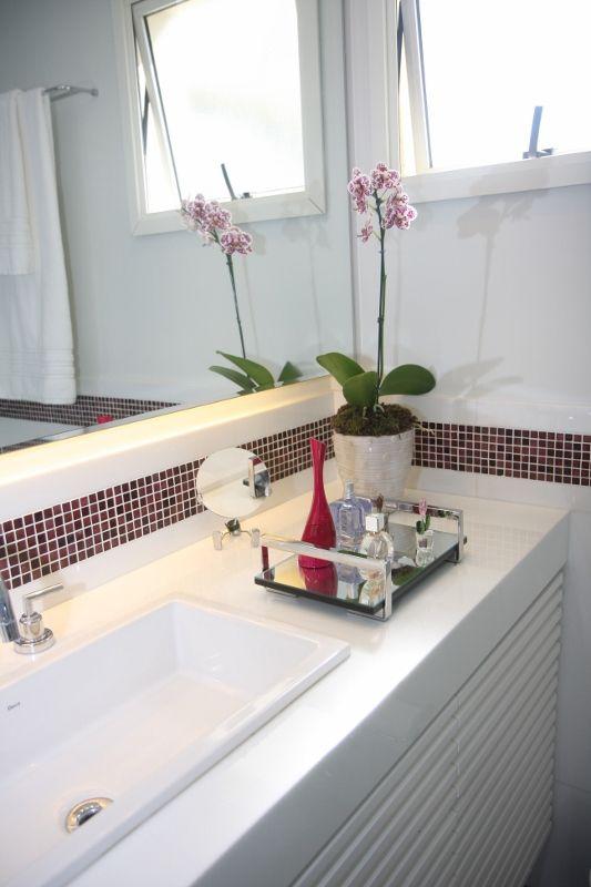 O banheiro da suíte tem tampo em nanoglass e gabinete ripado em laca branca. As pastilhas de murano na cor berinjela quebram o branco do porcelanato de marmoglass,  que reveste piso e paredes.#lilianazenaro #lilianazenarointeriores#decor #decoracao #reforma #projetolilianazenaro#interiores #apartamentopequeno #salapequena #exclusivo #lilianazenarodecoração #integracao