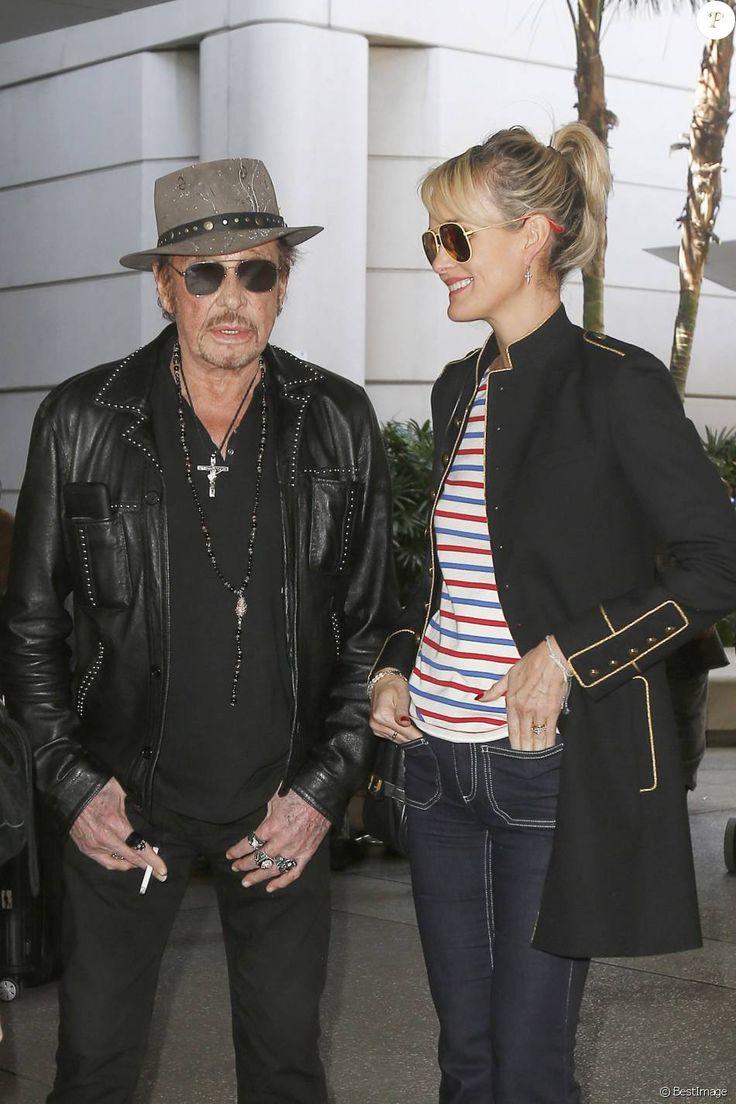 Après son 75e concert, Johnny Hallyday arrive en famille avec sa femme Laeticia et ses filles Jade et Joy à l'aéroport de Los Angeles en provenance de Paris le 29 mars 2016.