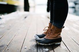 Menggunakan sepatu boots saat musim hujan http://bouaksesoris.com/blog/gaya-berpakaian-trendy-saat-musim-hujan/
