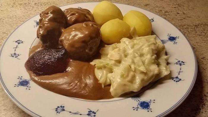Elg-kjøttkaker med kålsuing,poteter og ripsgele 4 pers Kjøttkaker: bland sammen ...